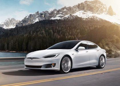 Auto Tesla explota al chocar y alarma a todos